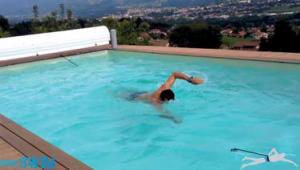 """Free Swim Schwimmgurt in Aktion. Eine Person schwimmt am """"Stand"""" im Swimmingpool."""